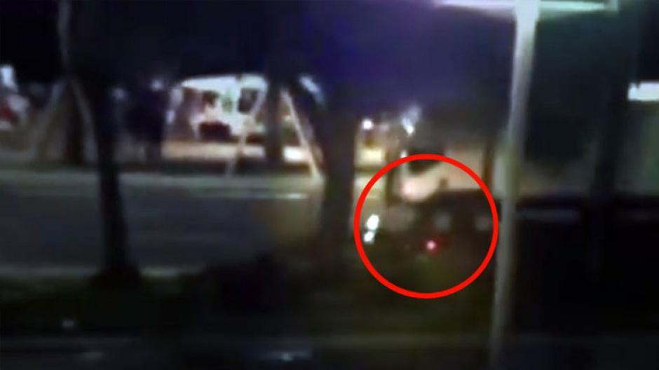 El motorista trata de detener al conductor del camión. (Captura de pantalla: Mr kit/YouTube)