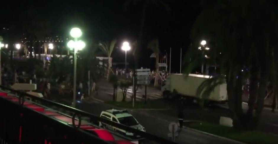 Las imágenes fueron tomadas desde un balcón cercano al lugar donde ocurrió la tragedia. (Captura de pantalla: Mr kit/YouTube)