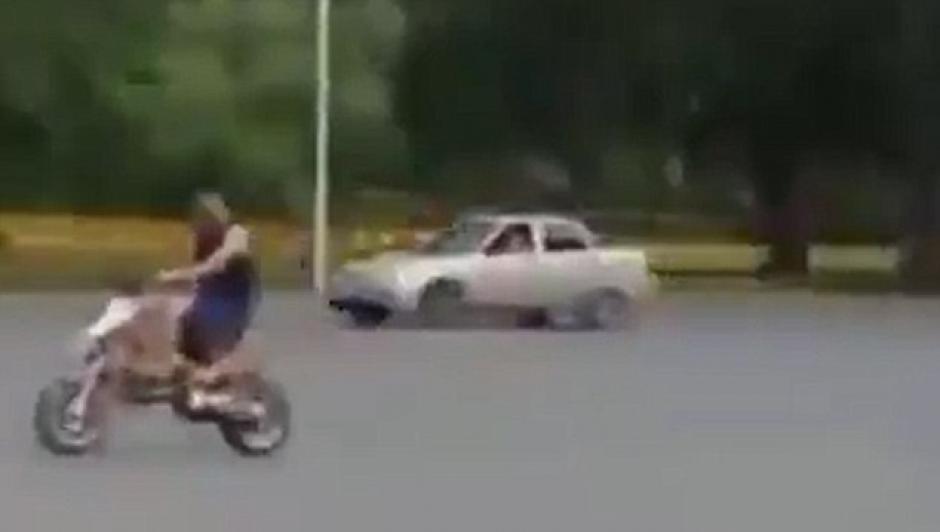 El motorista conduce confiado por la carretera. (Foto: Daily Mail)