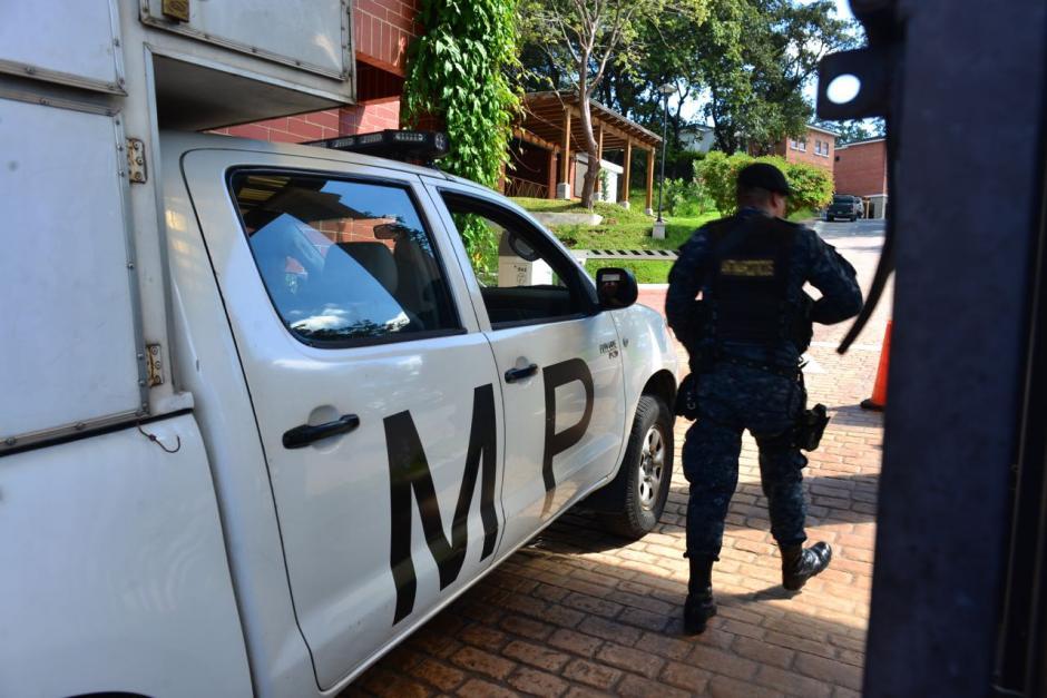 El Ministerio Público continúa con el allanamiento en el residencial. (Foto: Jesús Alfonso/Soy502)