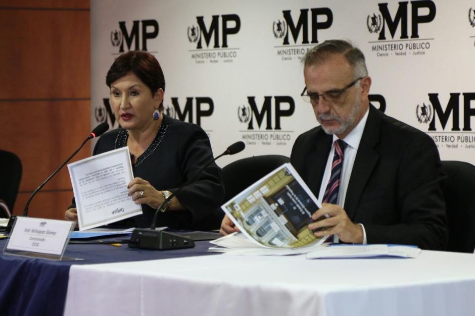 Con varios documentos se explicó el nuevo caso de corrupción. (Foto: Alejandro Balán/Soy502)
