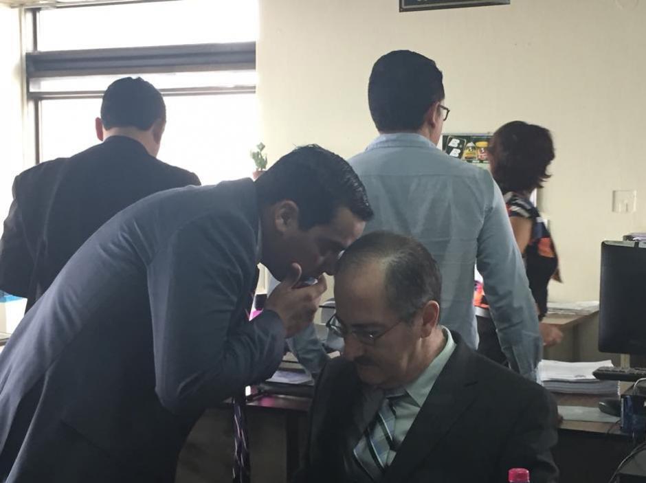 Pedro Muadi, junto su abogado defensor, en el Juzgado Undécimo por un caso de plazas fantasmas. (Foto: Evelyn de León/Soy502)
