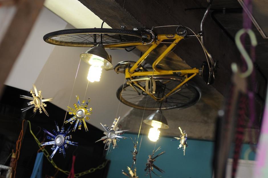 Junky Glam está decorado con piezas que sus mismos creadores idearon; todo proveniente de materiales reciclados. (Foto: Esteban Biba/Soy502)