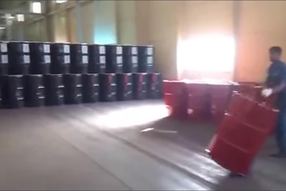 Dos trabajadores manipulan a la perfección un grupo de barriles. (Captura de pantalla: YouTube/Sohail Afridi)