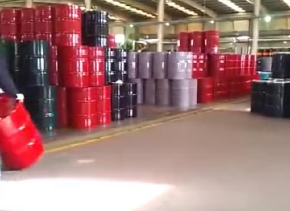 Los jóvenes trasladan los barriles girándolos de un extremo a otro. (Captura de pantalla: YouTube/Sohail Afridi)