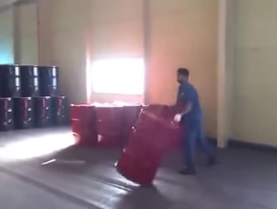 Los barriles no contienen nada explosivo, por ello pueden ser manipulados así. (Captura de pantalla: YouTube/Sohail Afridi)