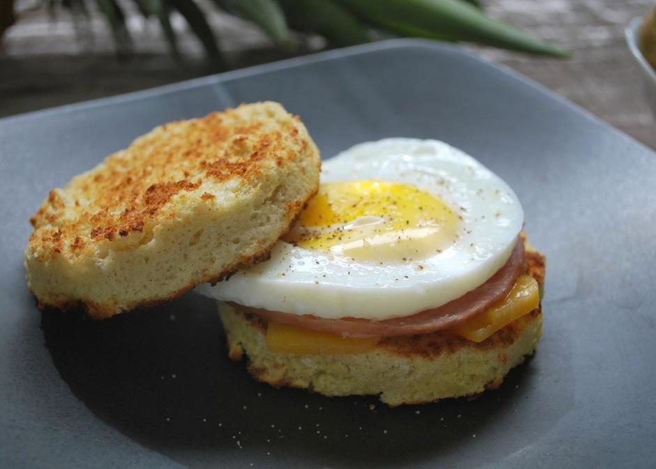 Muchos disfrutan de un panecillo con jamón y huevo. (Foto: Pamela's Products)