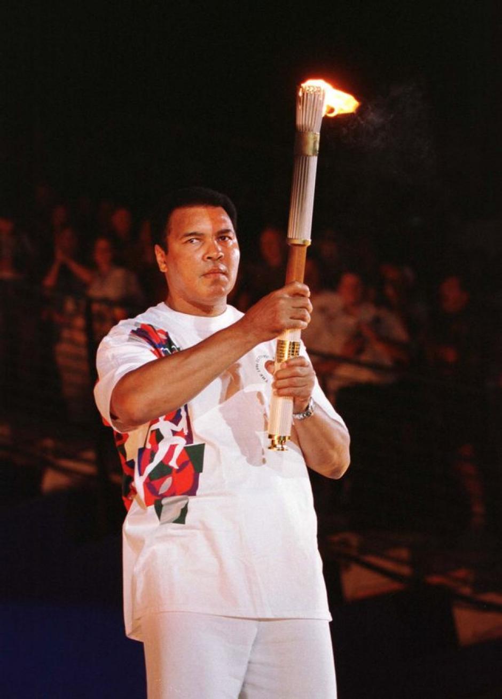Muhammad Ali portó con orgullo la antorcha olímpica. (Foto: NBC)