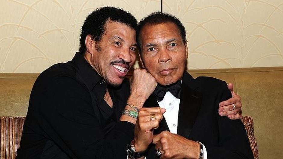 Juntos Lionel Richie y Muhammad Ali en Los Ángeles. (Foto: CBC)