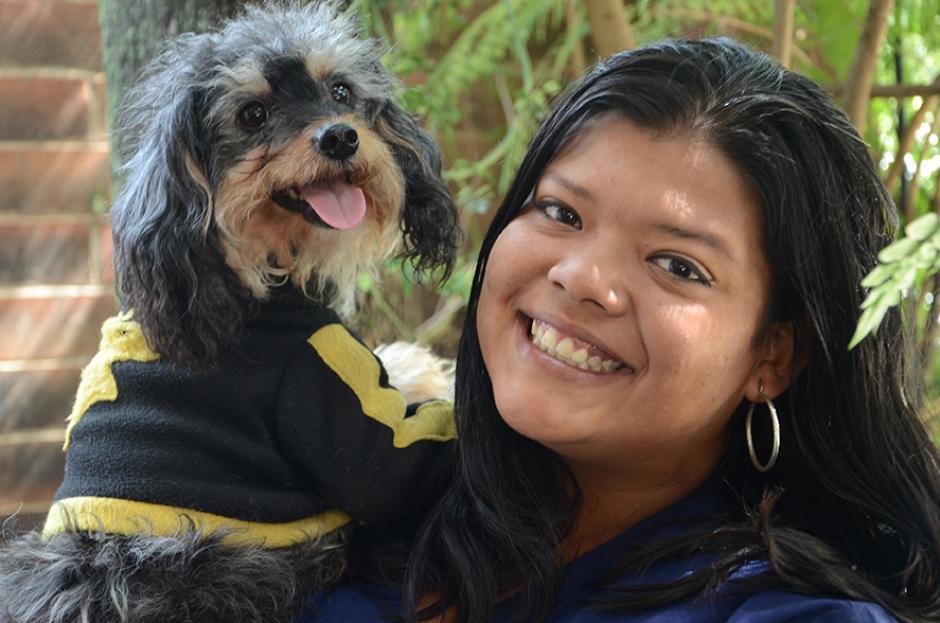 Andrea Villegas expresa su amor por los animales como Veterinaria. (Foto: Selene Mejía/Soy502)
