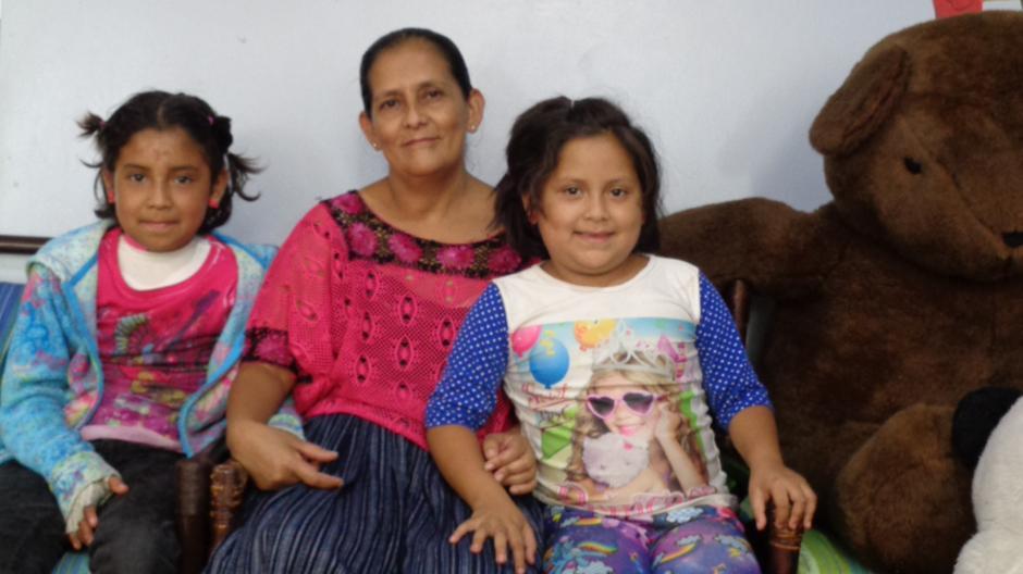 Lilian Navarro madre soltera con 6 hijas, lucha por la salud de una de ellas quien sufrió quemaduras. (Foto: Ana García/Soy502)