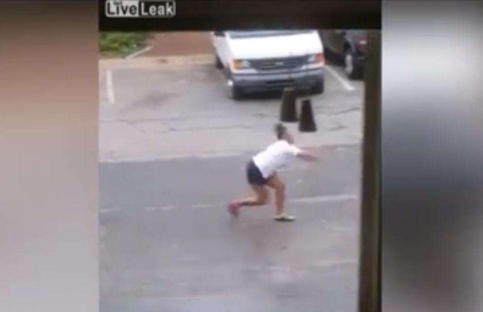 Le lanza un objeto contra el carro. (Captura de pantalla: YouTube/Neovidz)