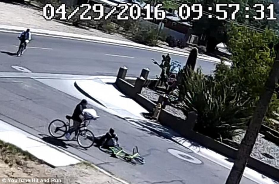 La mujer deja tirado en plena calle a su novio.  (Captura de pantalla: DailyMail)