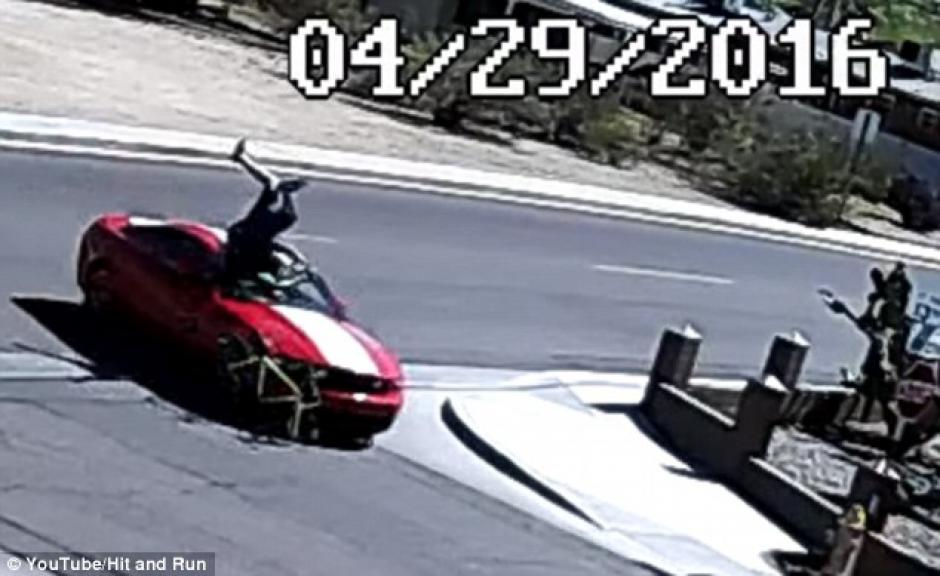 el hombre agarra su bicicleta para seguir su camino. (Captura de pantalla: DailyMail)