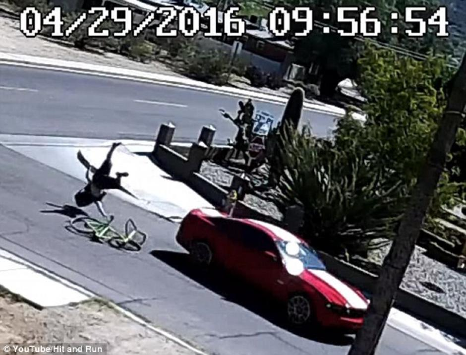 La mujer acelera su carro después de recibir la noticia.  (Captura de pantalla: DailyMail)