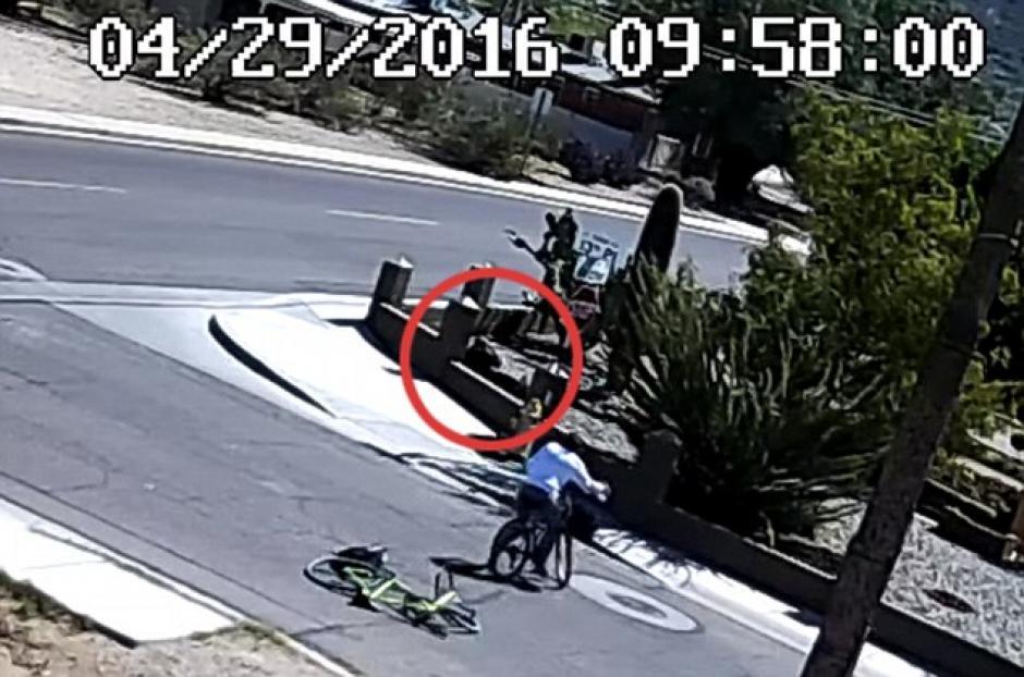 Algunas personas lo ayudan después que la novia lo atropellara. (Captura de pantalla: DailyMail)