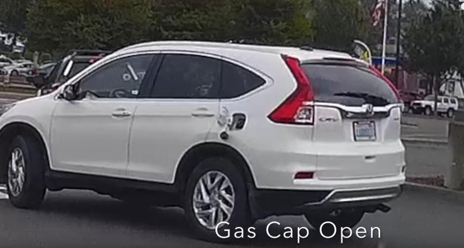 Una mujer circula en su carro con la tapadera de la gasolina abierta. (Captura de pantalla: KD Aerials/YouTube)