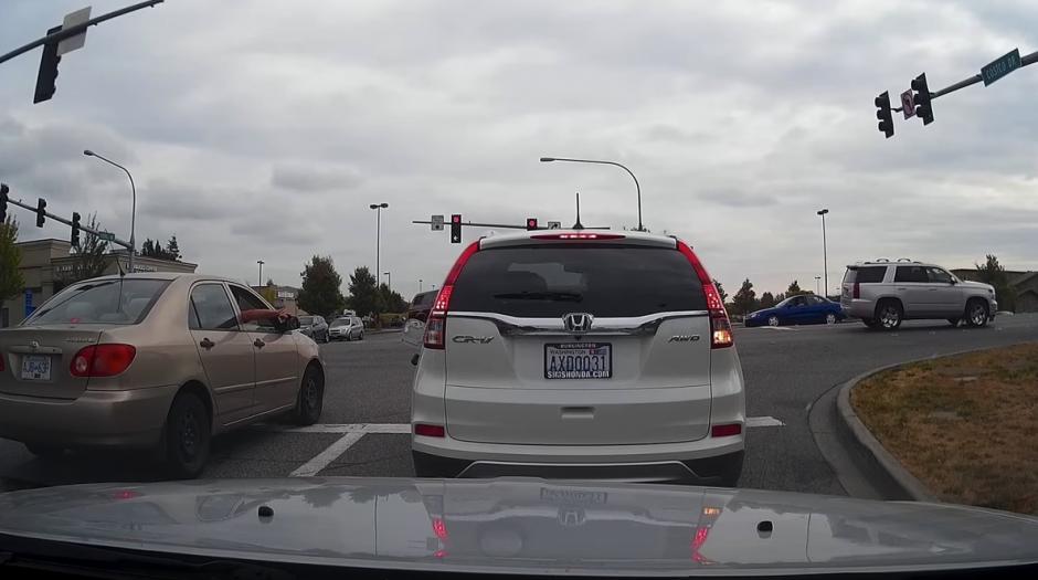 Desde otro vehículo le dicen que lleva la tapadera abierta. (Captura de pantalla: KD Aerials/YouTube)