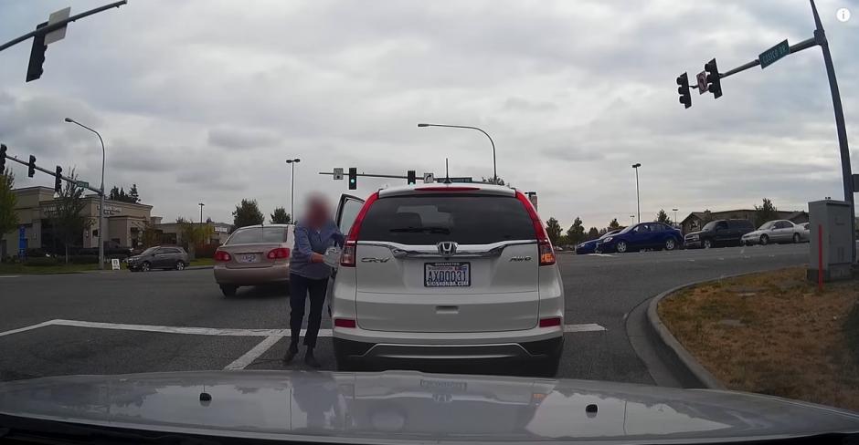 La mujer decide bajarse del carro. (Captura de pantalla: KD Aerials/YouTube)
