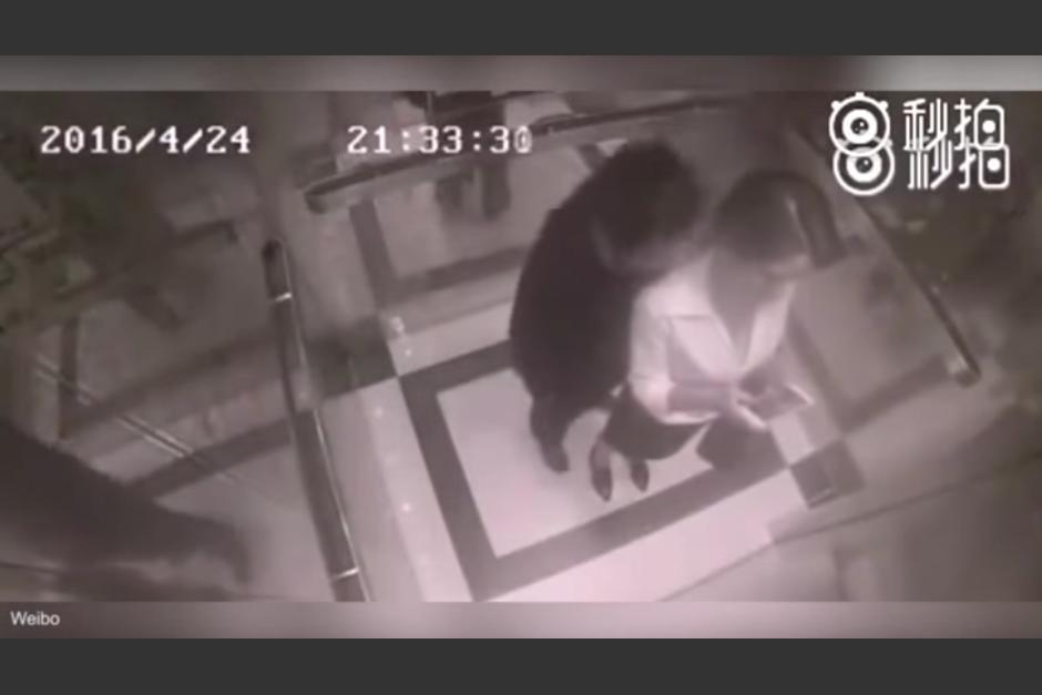 Un hombre trata de tocar a una mujer en un elevador. (Foto: YouTube/ViralNewsNow)