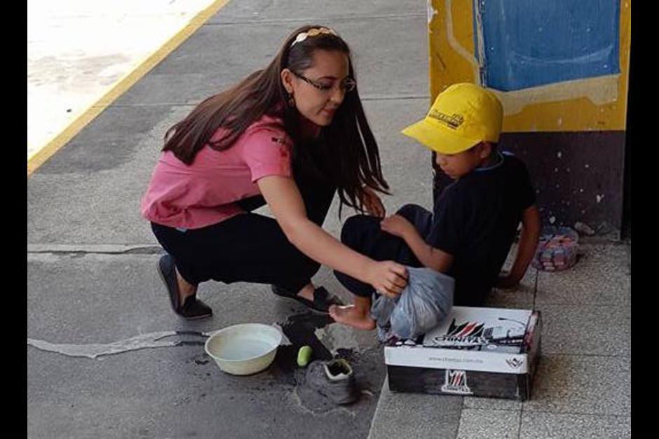 Deyanira Estrada se hizo conocida por lavarle los pies a un niño que vende dulces en la calle. (Foto: Archivo/Soy502)