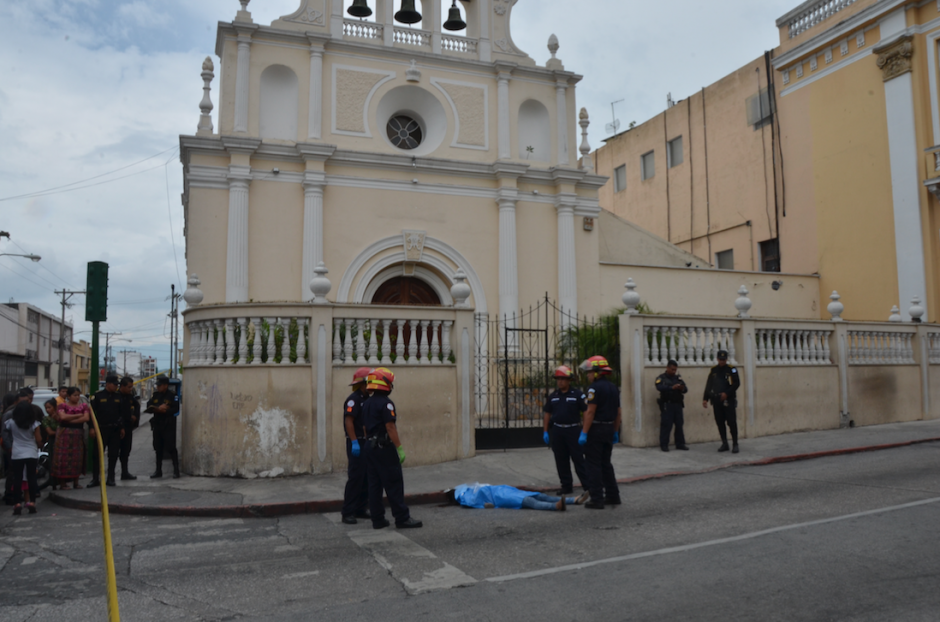 El párroco de la iglesia Beatas de Belén salió a rezar por la mujer asesinada frente a su templo. (Foto: Cortesía Bomberos Municipales)
