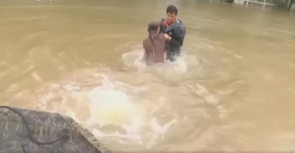 La mujer fue rescatada junto a su perro en el momento preciso. (Imagen: captura de pantalla)