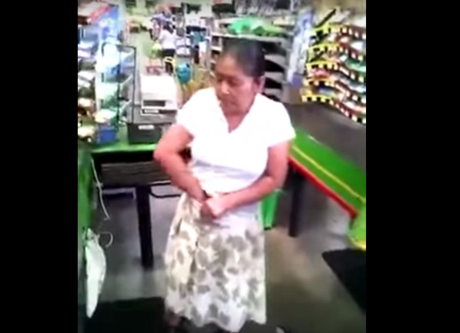La mujer fue sorprendida cuando pretendía sacar cajas de chicles bajo su falda. (Imagen: captura de YouTube)