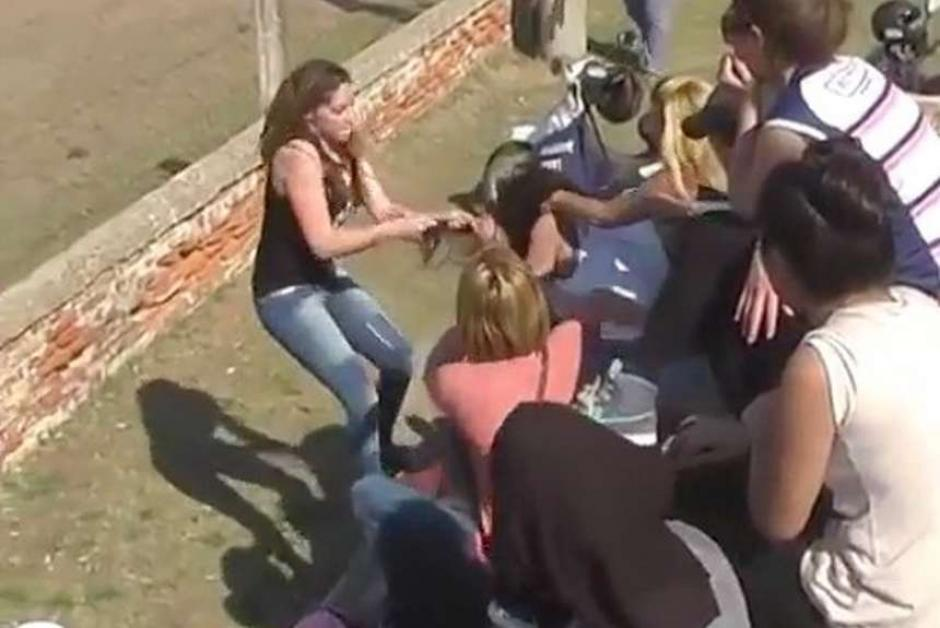El lío inició con dos madres de familia que se agredieron. (Foto: Captura de imagen)