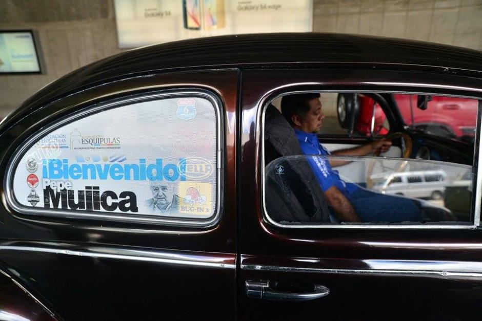 Una caravana de autos como los que utiliza Mujica en su país lo recibió en Guatemala. (Foto: Wilder López/Soy502)