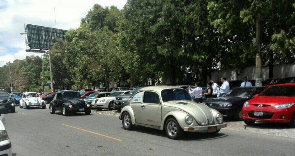 """La caravana de """"cochos"""" acompañó a Mujica en su recorrido. (Foto: Wilder López/Soy502)"""
