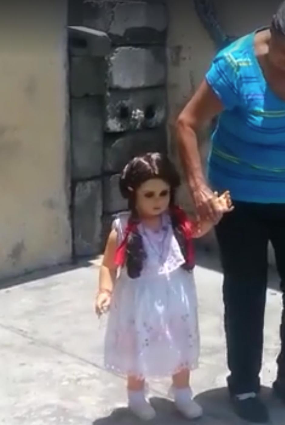 La muñeca camina junto a su dueña. (Captura de pantalla: Guillermo Ríos/Facebook)