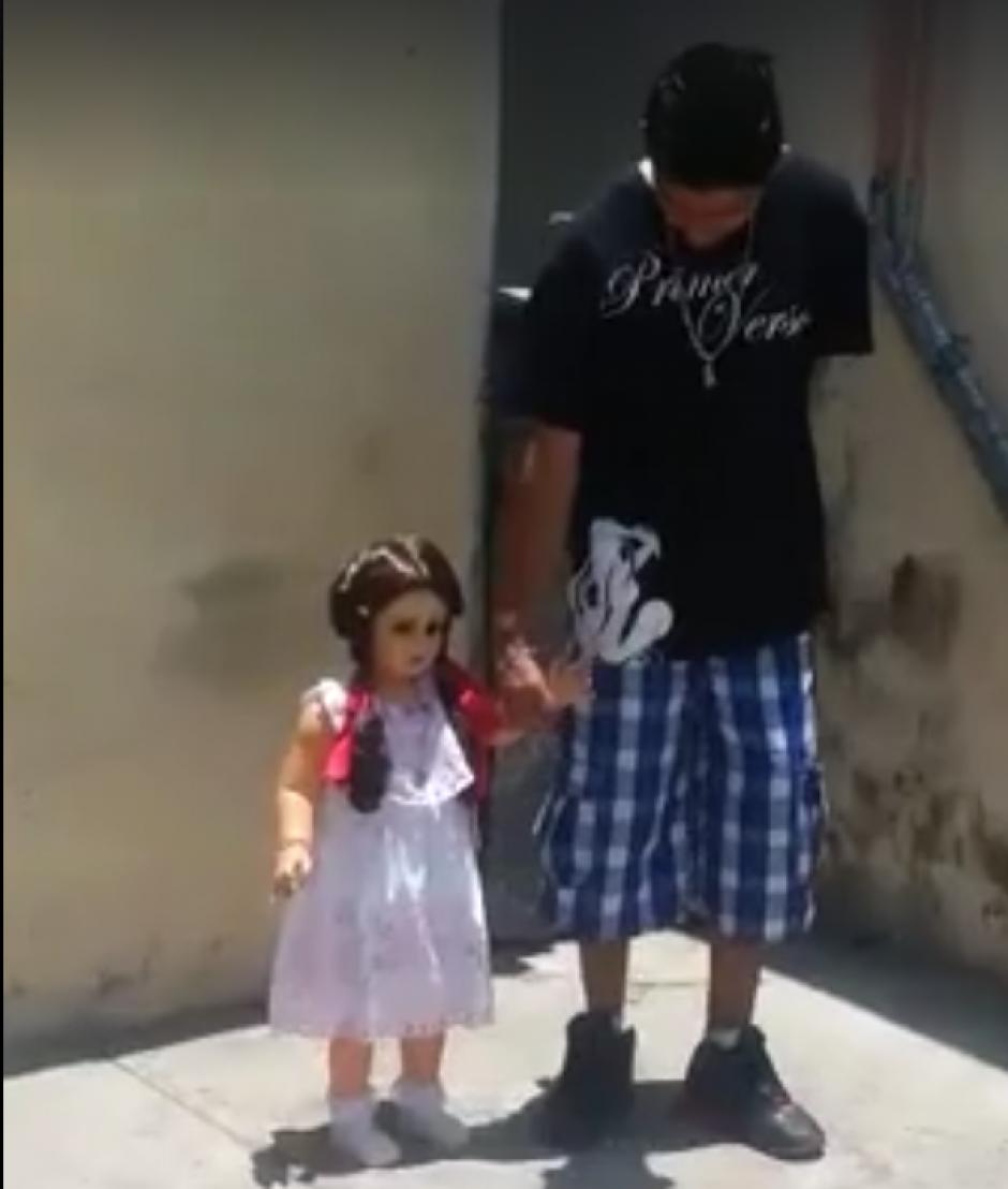 La muñeca únicamente camina con su dueña. (Captura de pantalla: Guillermo Ríos/Facebook)