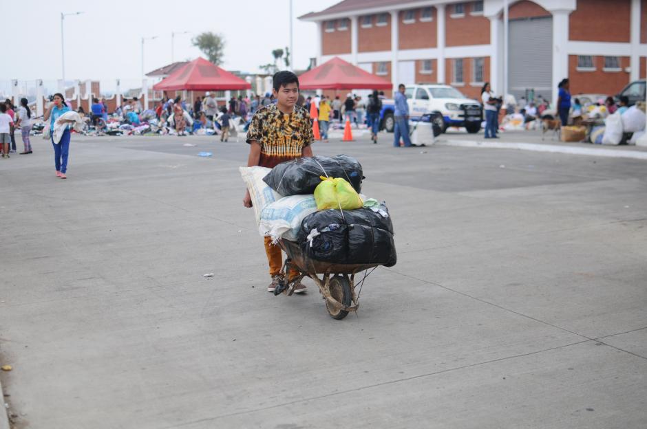 Los damnificados por la tragedia en El Cambray 2 recibieron ropa que fue donada por varios guatemaltecos. (Foto: Alejandro Balán/Soy502)