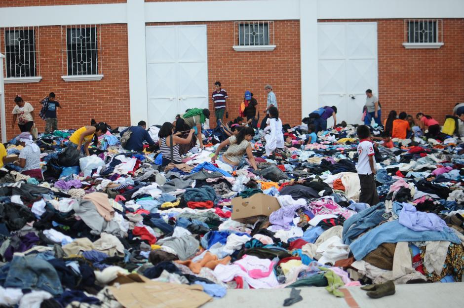 Varias familias acudieron a recoger la ropa donada. (Foto: Alejandro Balán/Soy502)