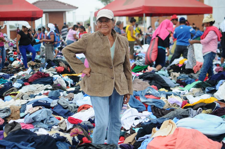 Ninguna persona reguló la entrega de ropa, por lo que cada quien llevaba lo que quería. (Foto: Alejandro Balán/Soy502)
