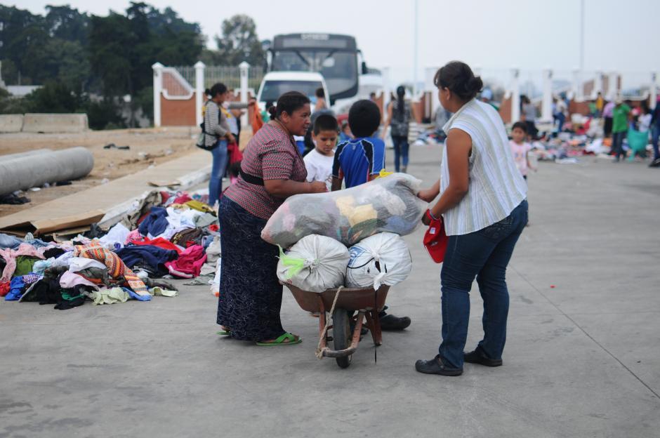 Vecinos señalaron que algunas personas que no fueron afectadas por la tragedia también llegaron a recoger la ropa donada. (Foto: Alejandro Balán/Soy502)