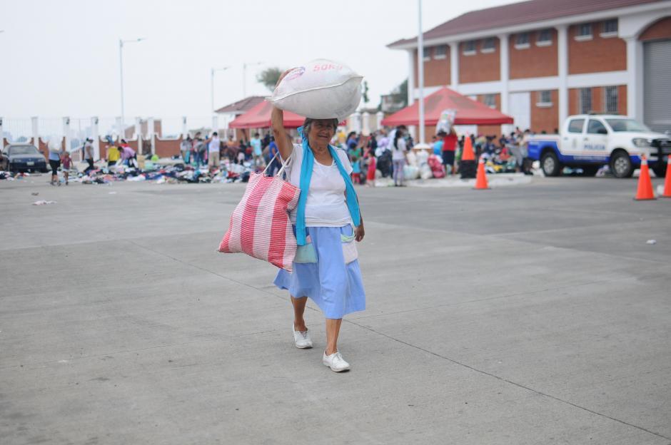 La ropa fue lanzada al suelo frente a la Municipalidad de Santa Catarina Pinula. (Foto: Alejandro Balán/Soy502)