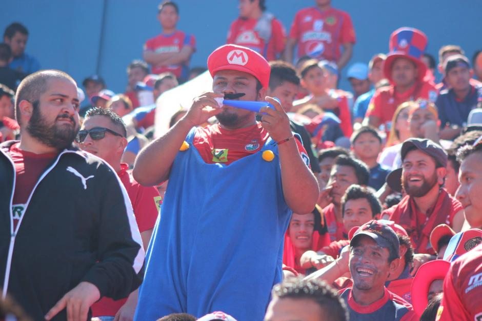 Algunos llegaron vestidos como Mario al estadio. (Foto: Luis Barrios/Jorge Rojas/Soy502)