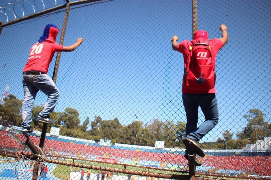 Los aficionados rojos celebraron así el gol de Puerari. (Foto: Luis Barrios/Jorge Rojas/Soy502)