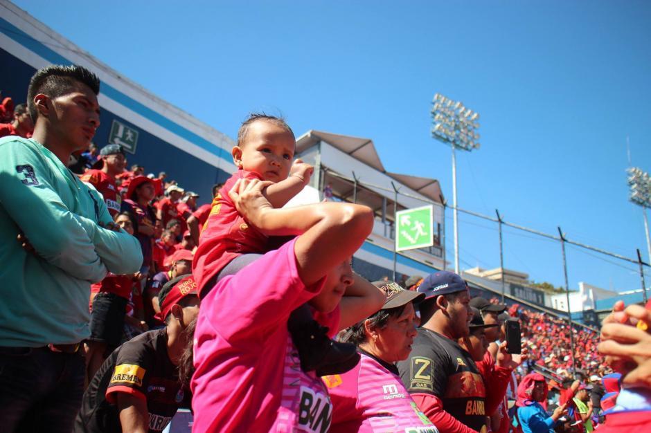 Familias completas llegaron al coloso de la zona 5. (Foto: Luis Barrios/Jorge Rojas/Soy502)