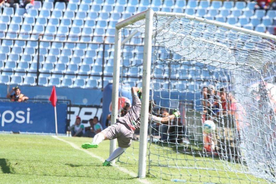El portero aguacatero nada pudo hacer para evitar el gol. (Foto: Luis Barrios/Jorge Rojas/Soy502)