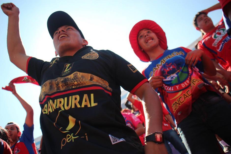 La afición de Municipal compró la mayoría de entradas en el mercado negro. (Foto: Luis Barrios/Jorge Rojas/Soy502)