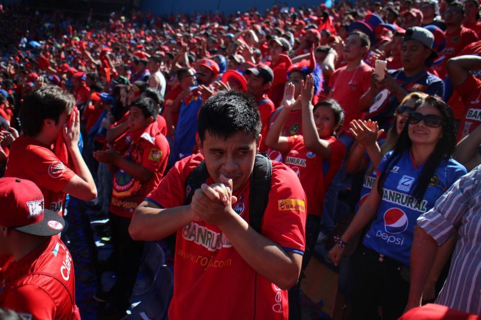 El estadio Doroteo Guamuch Flores se vistió de rojo pero Municipal no se llevó la victoria. (Foto: Luis Barrios/Jorge Rojas/Soy502)