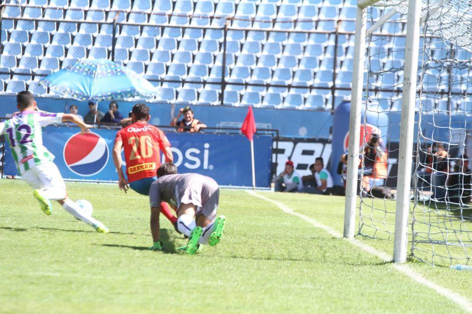 La pelota rebotó en el  poste antes de ingresar luego a la portería. (Foto: Luis Barrios/Jorge Rojas/Soy502)