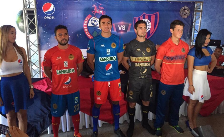 Estos son los nuevos modelos de uniformes de Municipal para la nueva temporada. (Foto: Soy502)