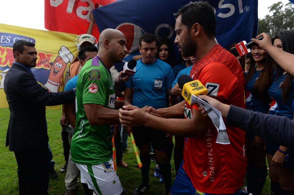 El saludo de los capitanes, Fredy Thompson, de Antigua y Carlos Ruiz, de Municipal.(Foto: Diego Galiano/Nuestro Diario)