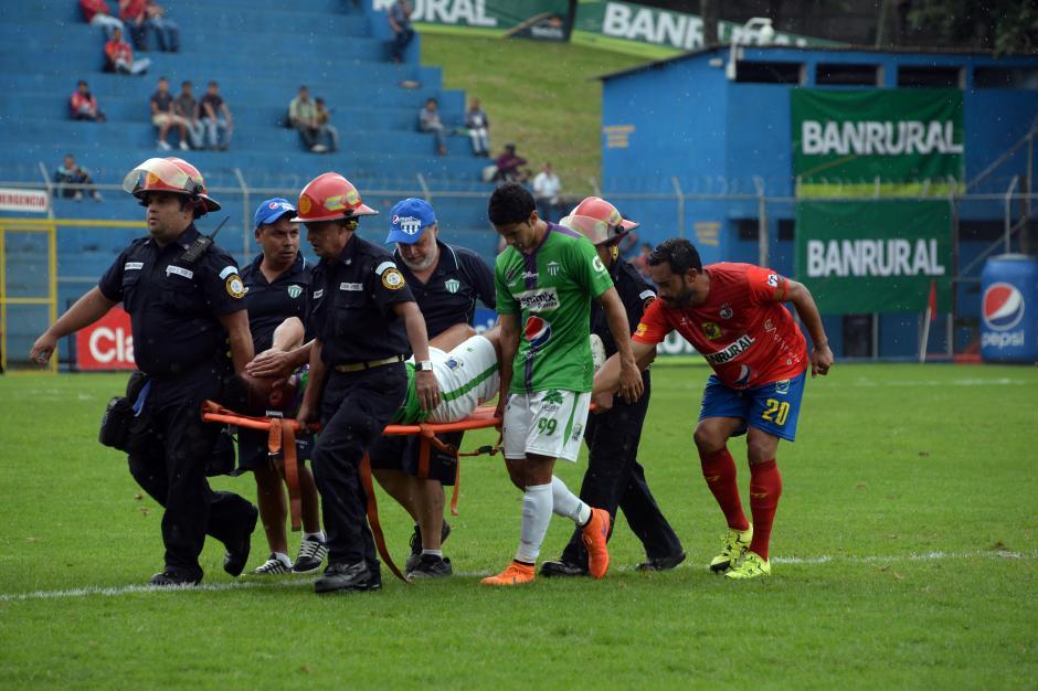 Buen detalle de Hessler Archila (compañero) y Carlos Ruiz (excompañero), dándole apoyo a Alejandro Galindo quien fue atendido en el primer tiempo por una lesión.(Foto: Diego Galiano/Nuestro Diario)