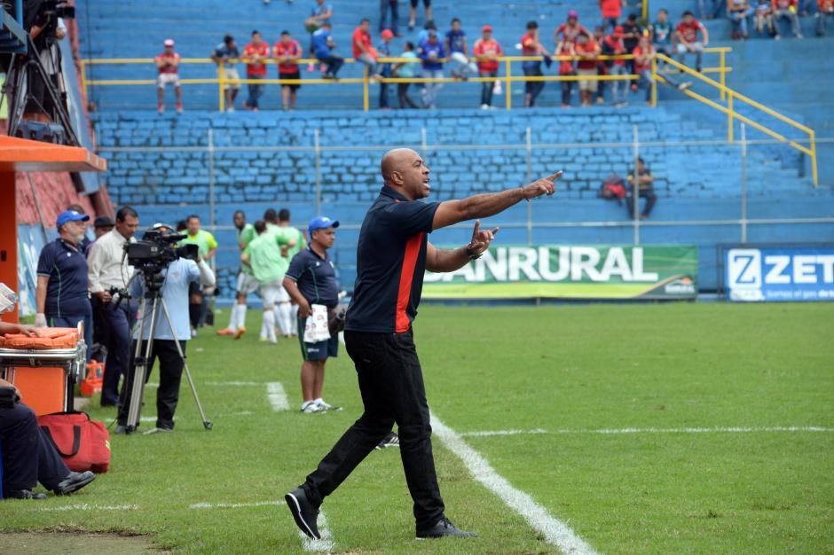 El tico Mauricio Wright, fue cesado de sus funciones como técnico de los Rojos.(Foto: Diego Galiano/Nuestro Diario)