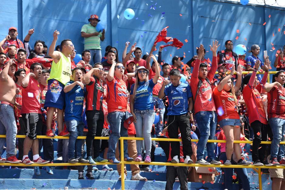 """La afición roja celebró en el estadio El Trébol, después de mucho tiempo se volvió a escuchar el """"olé, olé olé... rojos""""; en los graderíos. (Foto: Nuestro Diario)"""